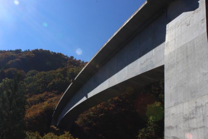 山の中腹から突然、大きな橋が現れました。