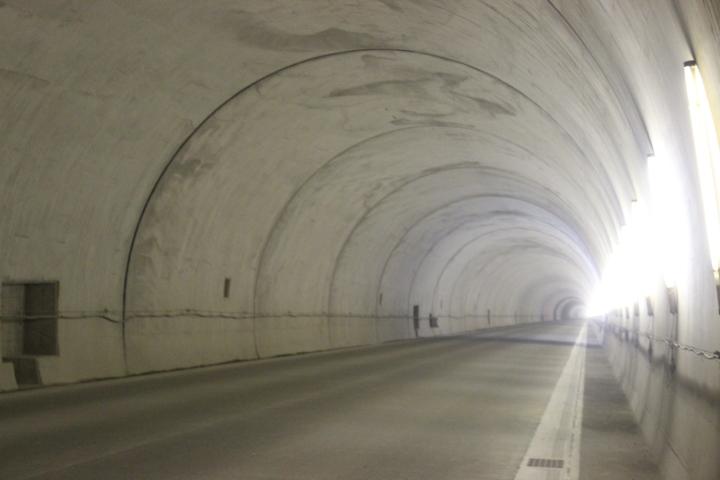 完成間近なトンネルは、まだ照明が無く、仮の照明がないところでは真っ暗で、怖かったです。