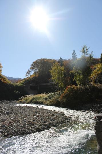 福島県側に入って、お昼を食べにおりた川原で撮りました。水が青い川を初めて見て、とても感動しました。
