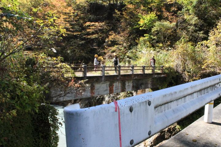 昔は古い橋が使われていましたが、工事の関係で新しい橋が作られました。古い橋が少しさみしそうです。