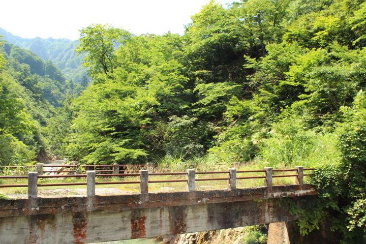 トラックが通るために掛けられた新しい橋から、古い橋を撮りました。 使われなくなったこの古い橋はすこしさみしそうでした。