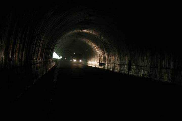 暗いトンネルの中をトラックが通り抜けているところを撮りました。まだできていないトンネルは、とても暗く、どこまでも続いていきそうな雰囲気でした。