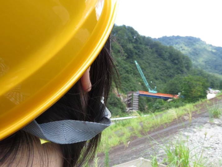 工事現場を撮影するにあたり、安全を考慮してヘルメットを着用しました。安全第一!