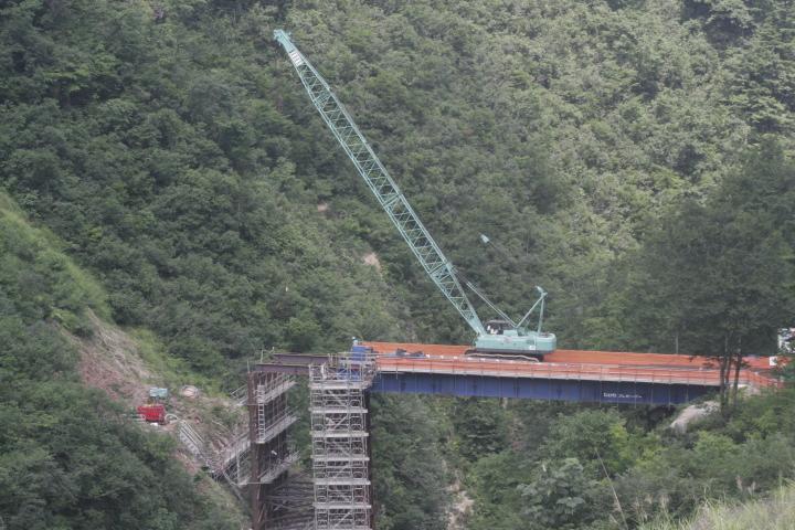 橋梁をつくるための工事を撮影しました。 今、写っている本橋が完成するとなくなります。