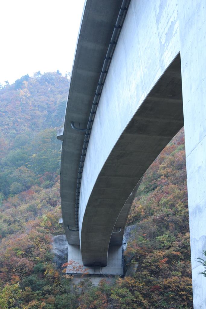 建設中の橋が、作業員の方々によって出来上がっていくと思うと楽しみです。こんな山奥におおきな橋が架かると思うと感動しました。