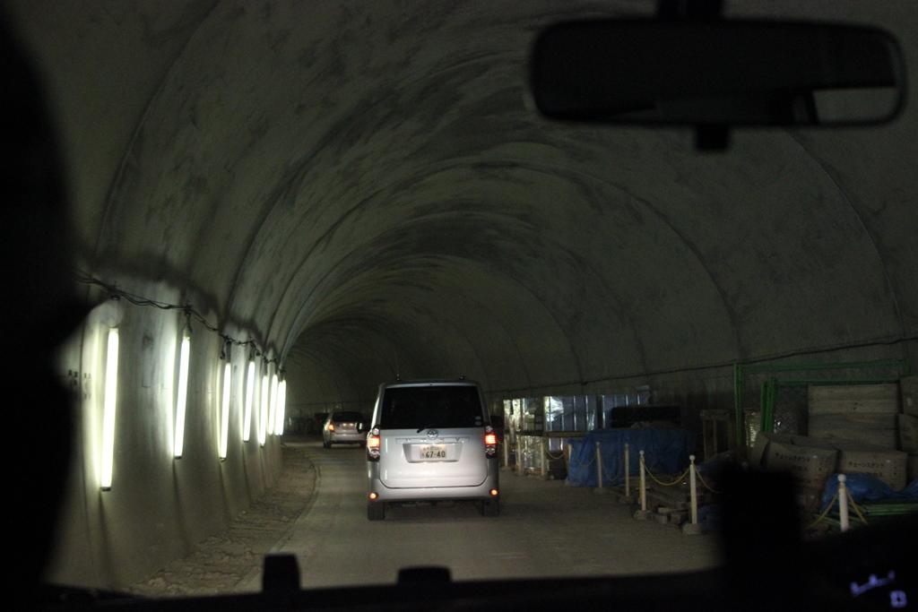 工事中のトンネルの奥に向かう途中で撮った写真です。この先には明かりが一つもない暗闇が広がっていました。