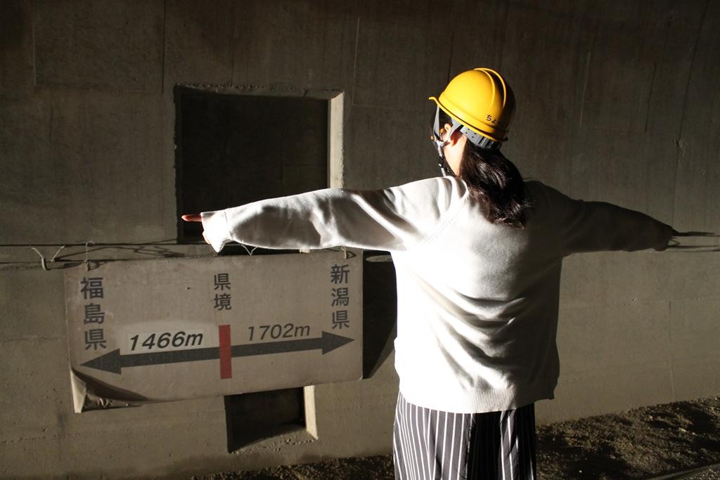 真っ暗なトンネルの中で真っ暗なトンネルの中で、県境を見つけました。県境に立ってもらい、撮影してみました。
