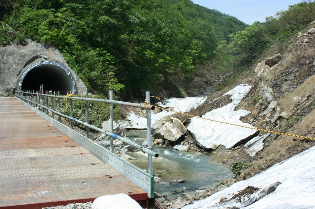 トンネルから周りの木、石、雪、橋、川などが溢れだしているように撮ってみました。