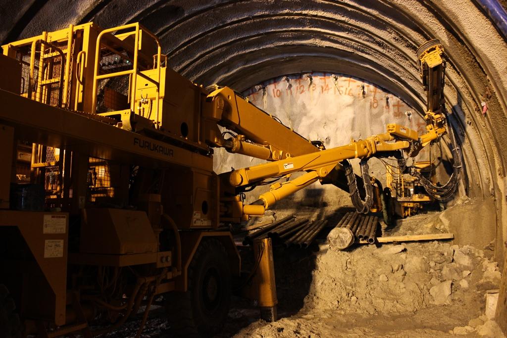 見慣れない重機がアームを伸ばし、トンネルを掘っていました。工事現場の機械は興味深いのもが多かったです。