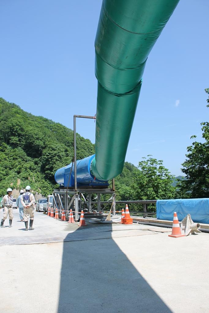 トンネル内に空気を送るダクトを撮りました。陰とダクトとのバランスも良くて撮ってみました。トンネル内に貯まるホコリを出して作業をしやすくする役割や空気を送る役割があるそうです。