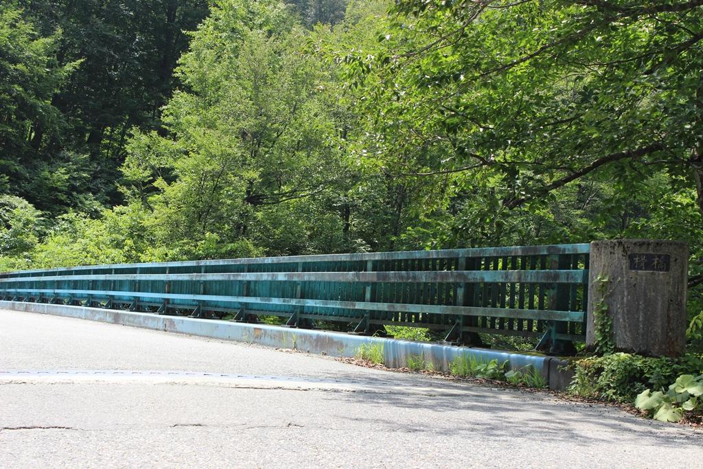 何気ない橋ですが、ここから見る景色は絶景です。夏雲と青空、秋の抜けるような空。どちらも好きです。