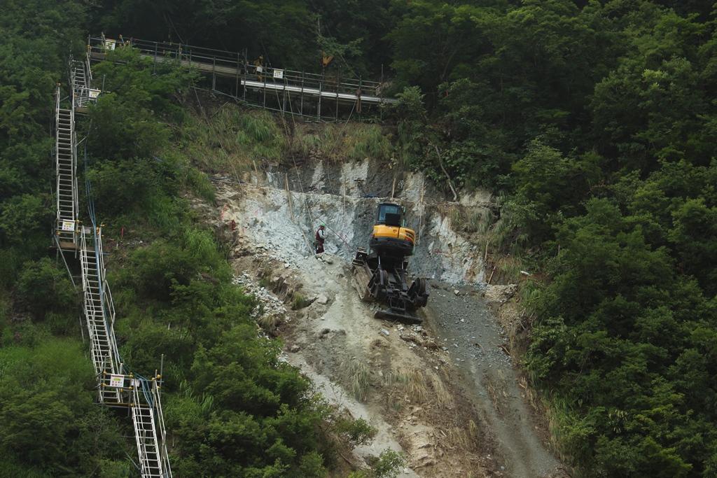 橋梁を立てる工事が進んでいました。この特殊車両は崖にへばり付いて工事をしていました。初めて見る工事で、感動しました。