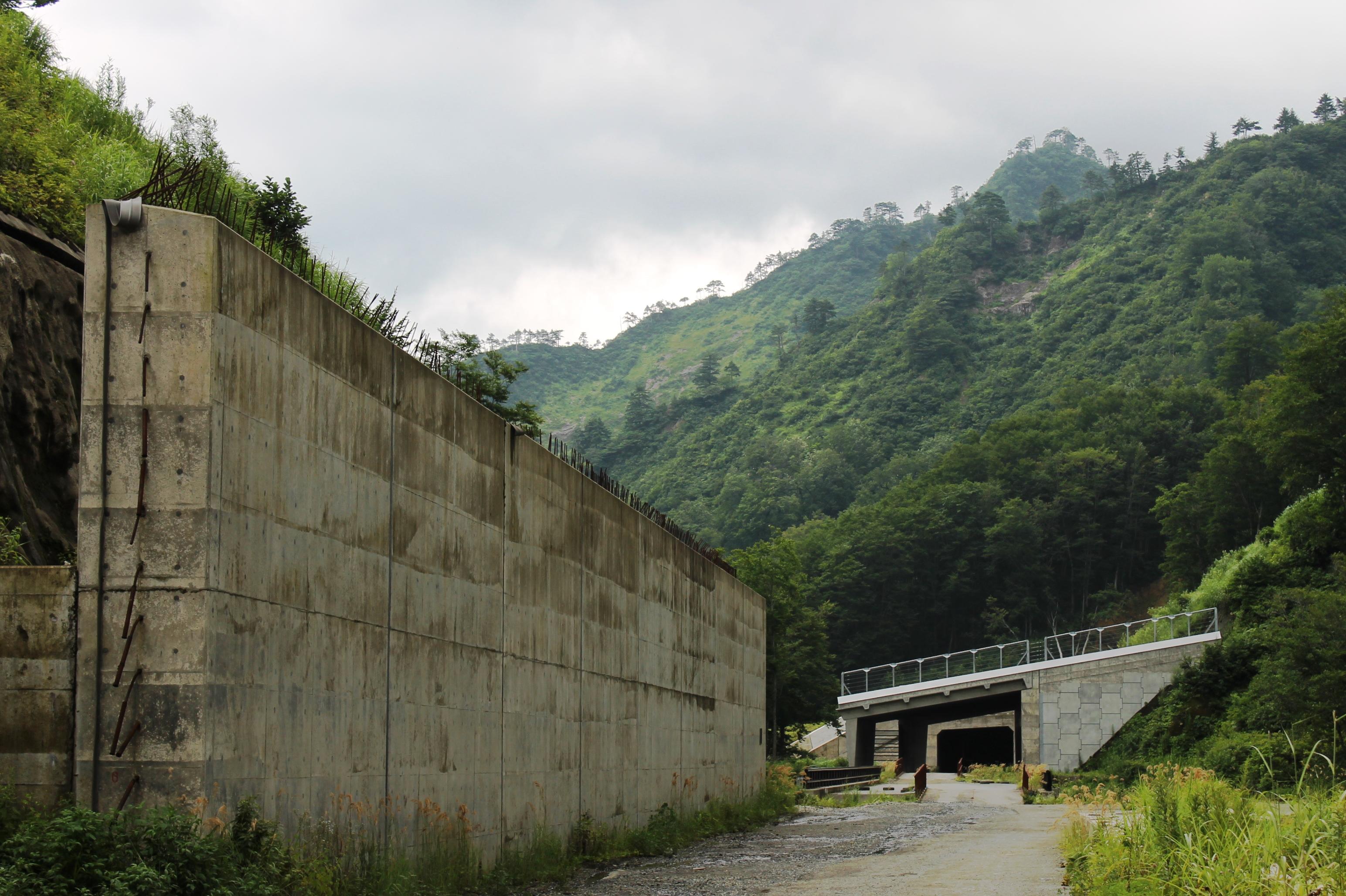 先に見えるトンネルのような屋根のようなものが好きで撮影しました。 ずっと暗闇でなくて、景色が見えるのが好きです。