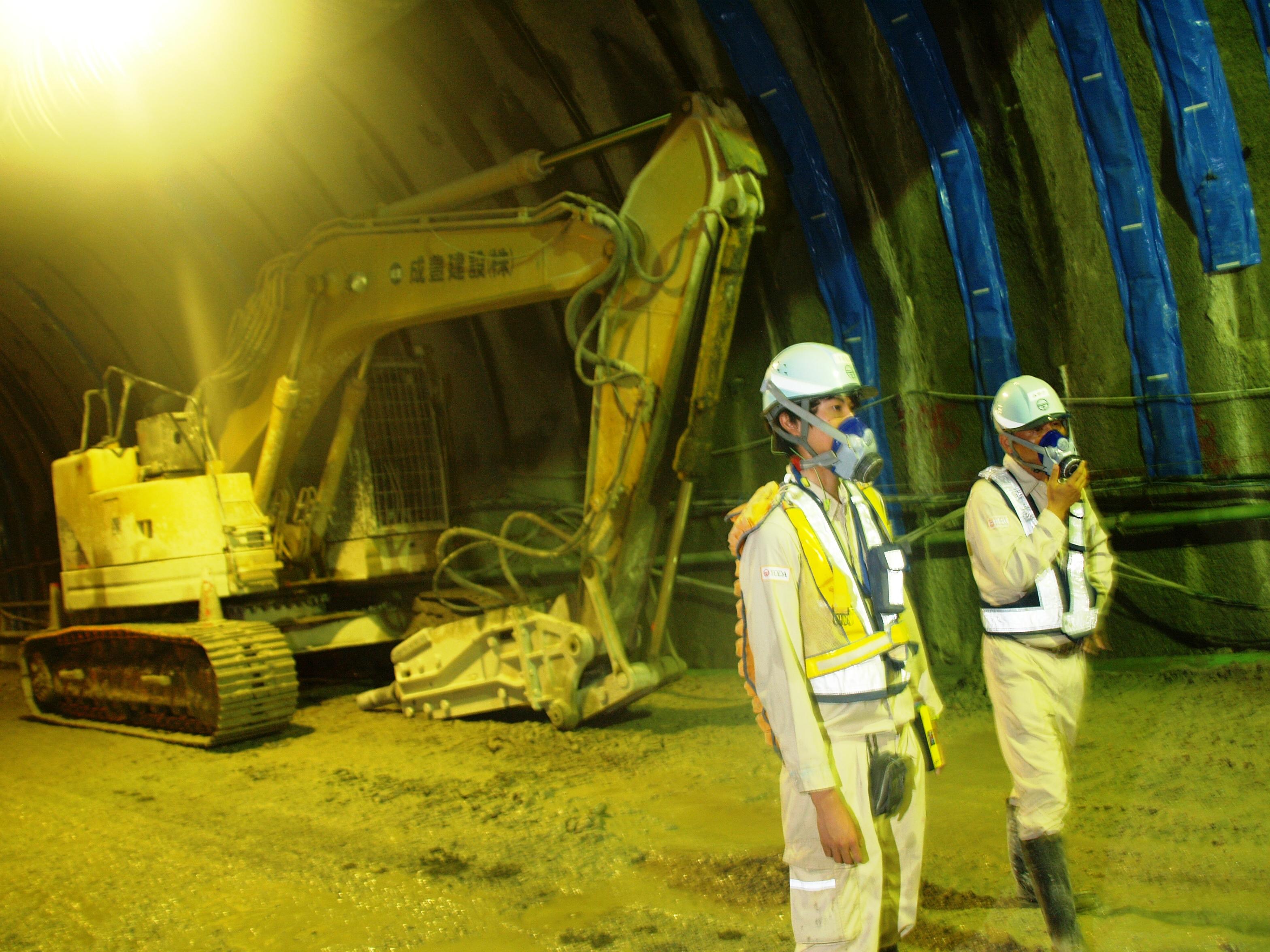 昼でも暗いトンネルの中、一生懸命働いています。