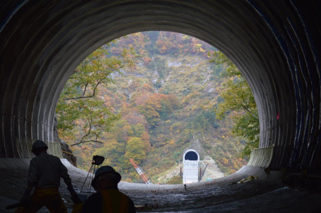 トンネルの出口から見えた風景を撮りました。 ポイントは遠くの方に見えるトンネルです。 あそこまで橋がかかるのです。