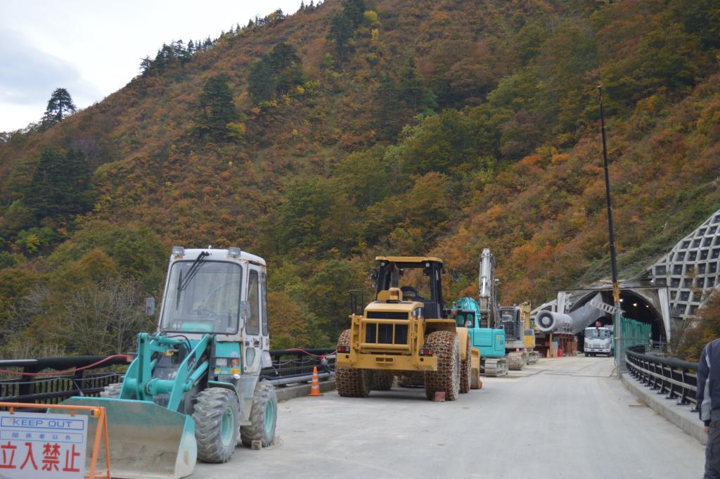 最初に着いた橋にいた、働き者のかっこいい車たちです。 彼らなしにはトンネルを掘ったりできません。