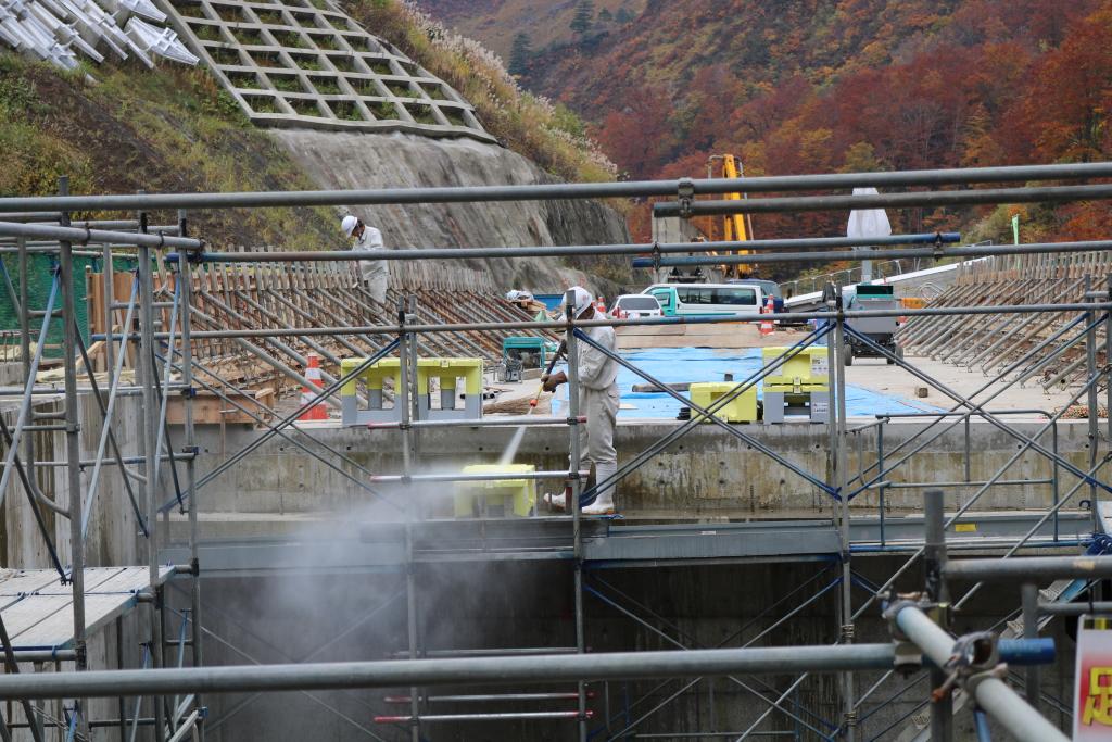 福島側へ抜けたポイントに橋の建設現場がありました。 作業員の方が洗浄機を操作していました。 鉄パイプがたくさんあったので、ピントに注意して撮影しました。