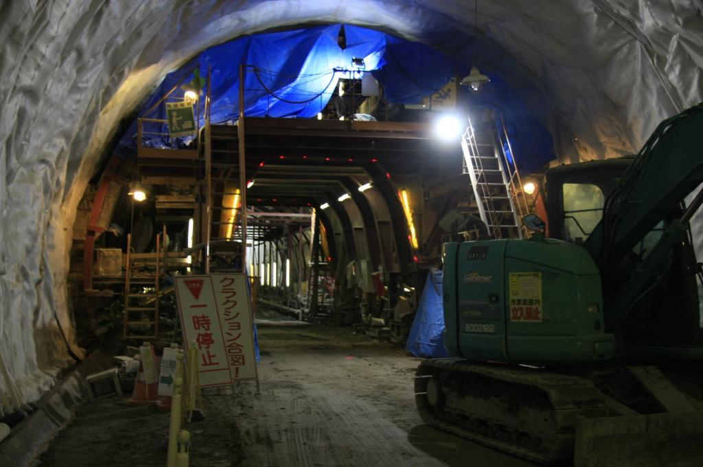 工事中のトンネルの中には明かりがありません。 多少明かりがあるところでも、作業場所すべてが明るいわけではありません。 そんな中でも作業は続きます。