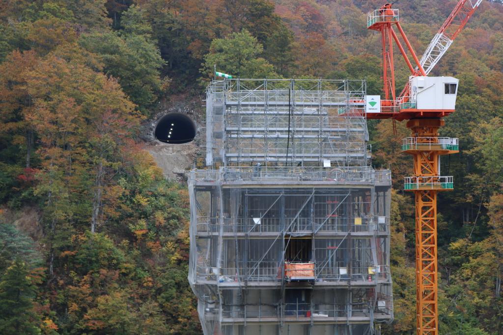 橋の脚となる所を建設しているのを撮影しました。向こうに貫通しているトンネルが見え、また脚がトンネルと重ならないように気を配って撮影しました。