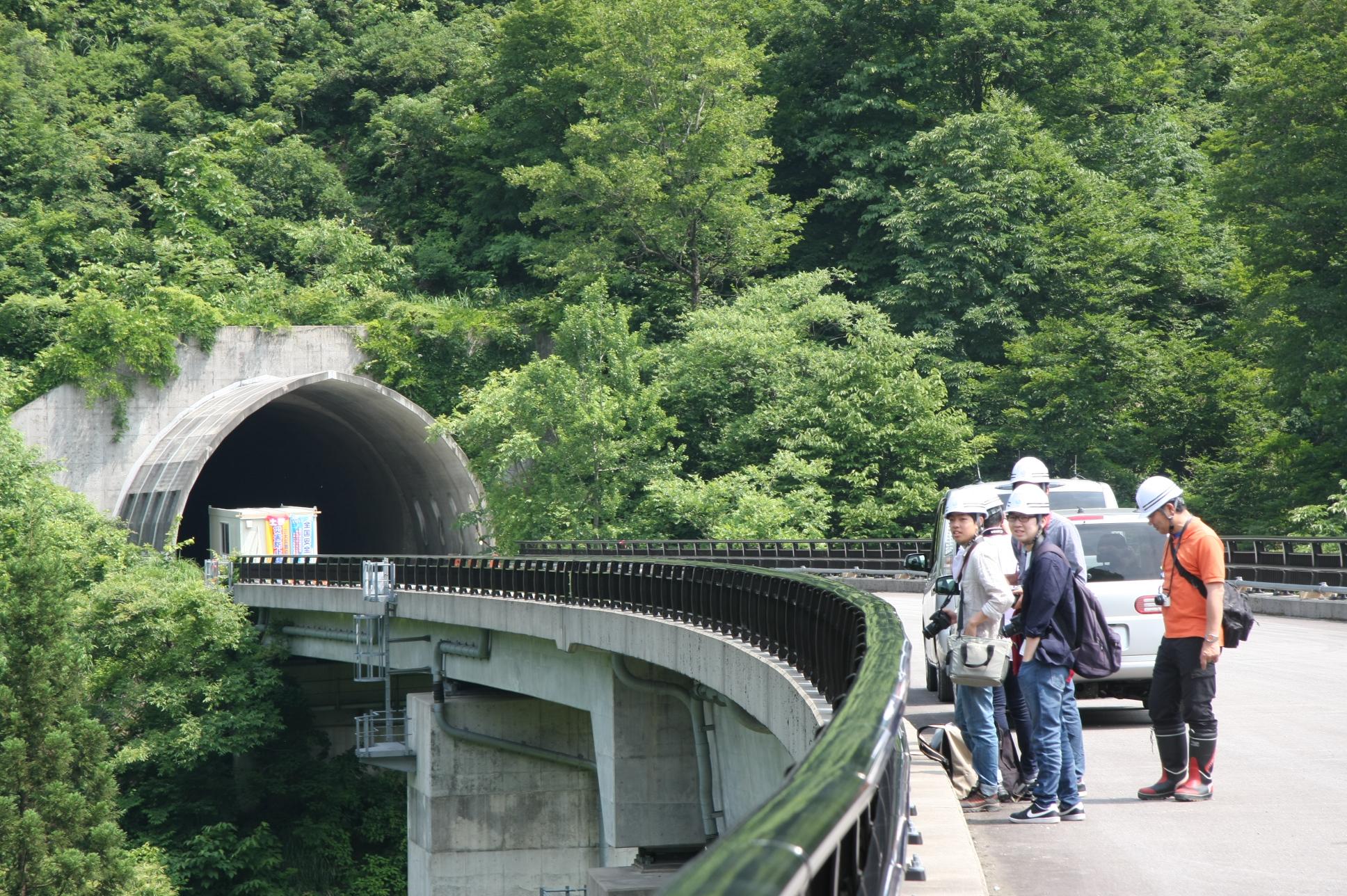 橋が完成したら、ここに車を停めて景色を眺めることはできません。 そんな景色を目に焼き付けている皆の写真です。